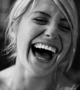 Reírse a carcajadas tan bueno como meditar